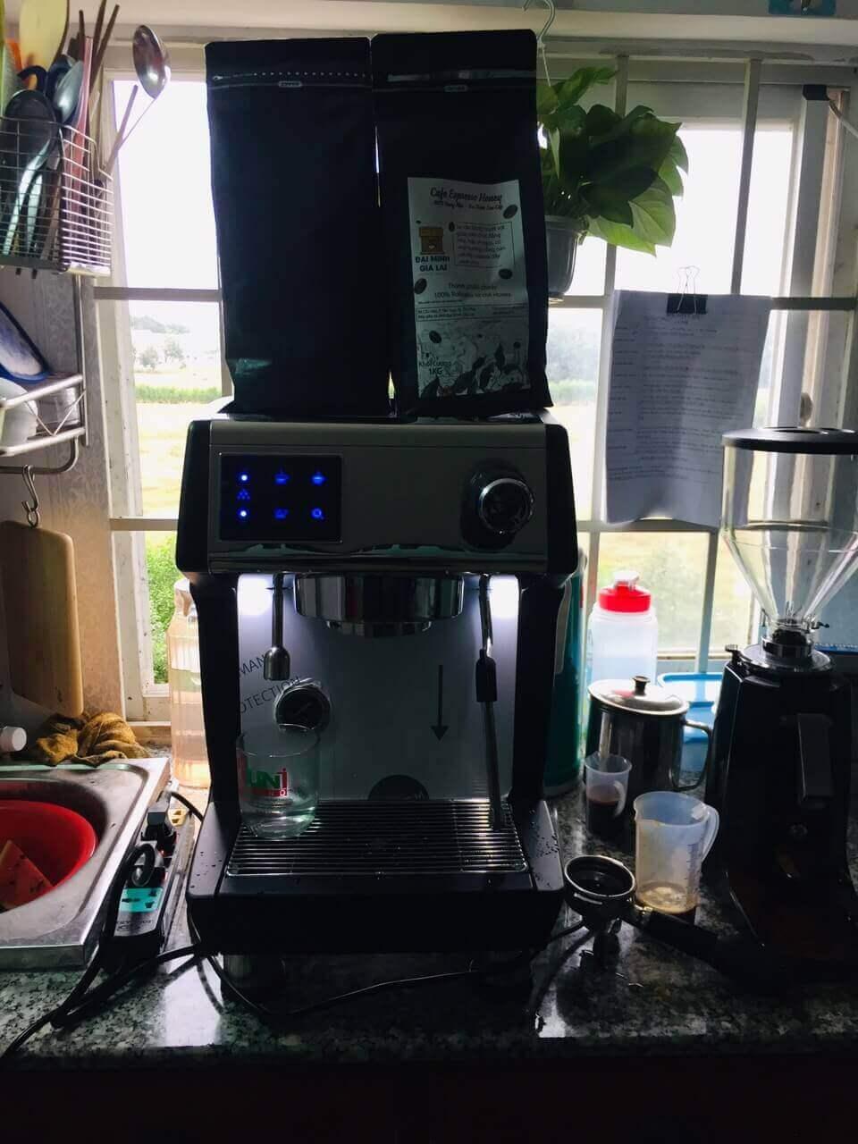 Khi toàn bộ đèn ở phím bấm nhấp nháy nghĩa là không có nước cấp cho máy pha cà phê