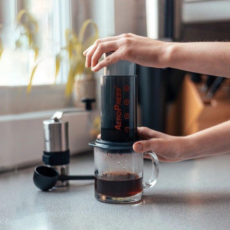 pha-espresso-khong-can-may-voi-binh-Aeropress